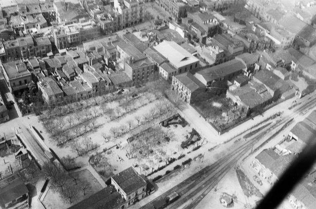 A baix, a l'esquerra, l'antiga estació de França. Al mig, a la dreta el Casino de Granollers (1958)