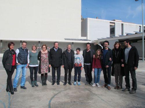 Al fons el mur de l'Escola Ferrer i Guàrdia que Sixe pintarà a partir del 4 d'abril. L'exdirector general de la Unesco Federico Mayor Zaragoza ha volgut conèixer el projecte