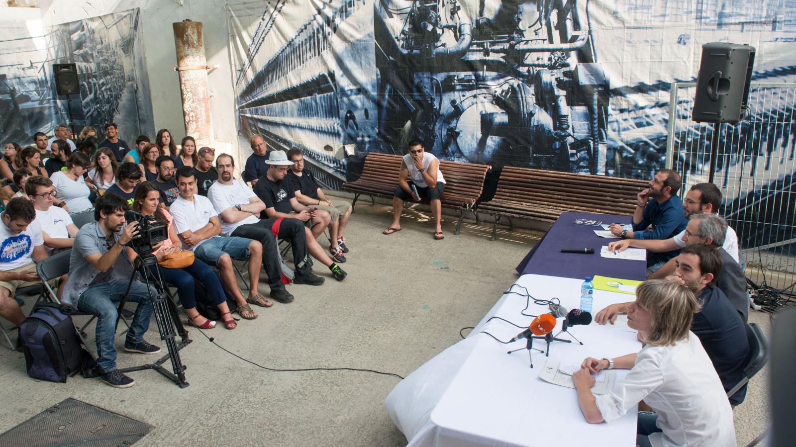 Blancs i Blaus presenten la programació de la festa, amb l'alcalde i la regidora de Cultura. Foto: T.Torrillas