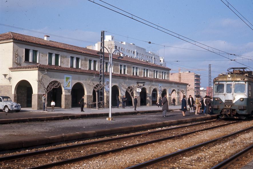 Edifici de l'estació i vies, a mitjans dels anys 80. Autor i fons: Pere Espaulella / AMGr