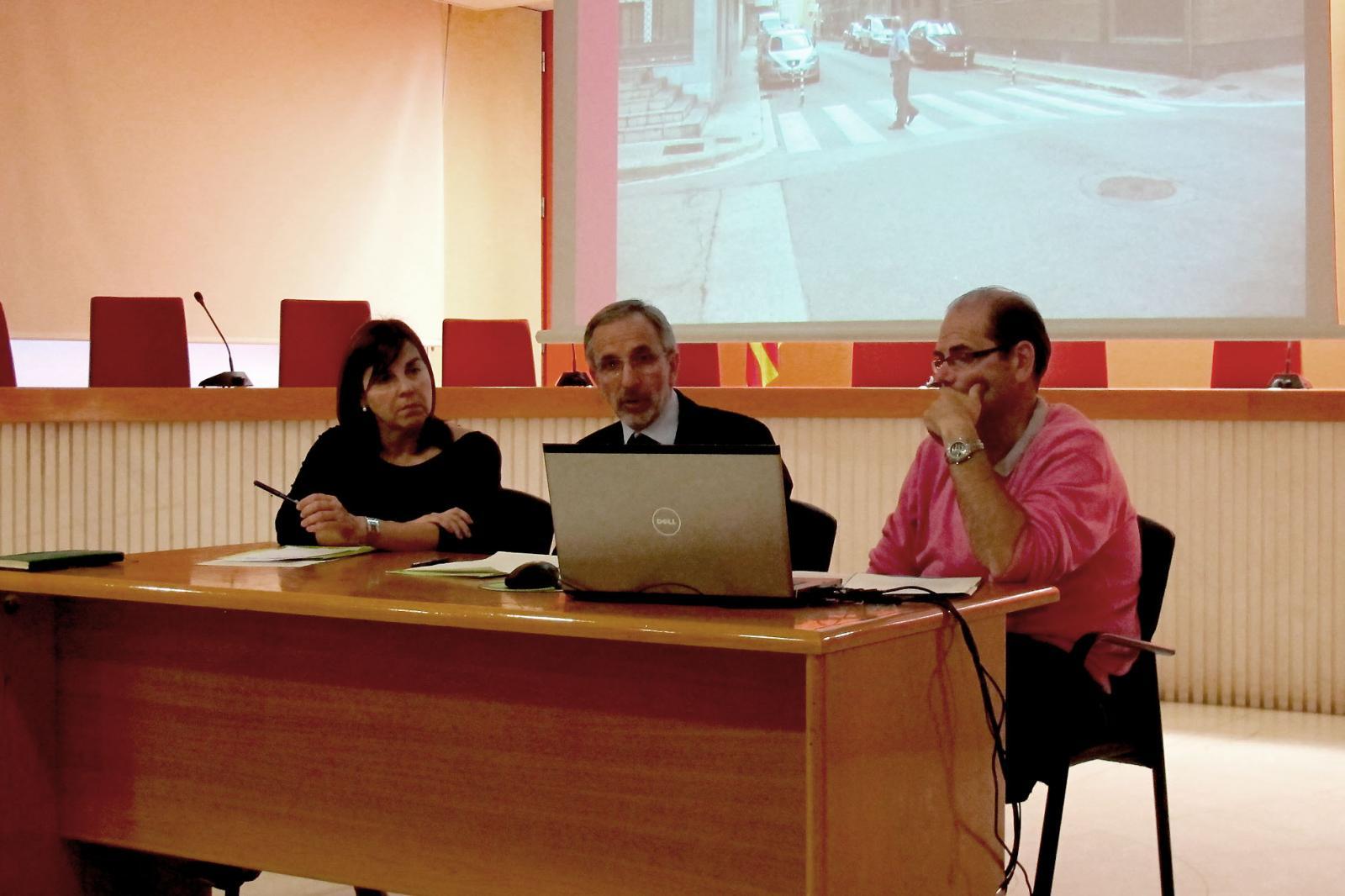 La regidora d'Educació, Pietat Sanjuán, el regidor de Mobilitat, Juan Manuel Segovia i l'alcade, Josep Mayoral, mostrant una de les actuacions que s'han fet per millorar els itineraris escolars.