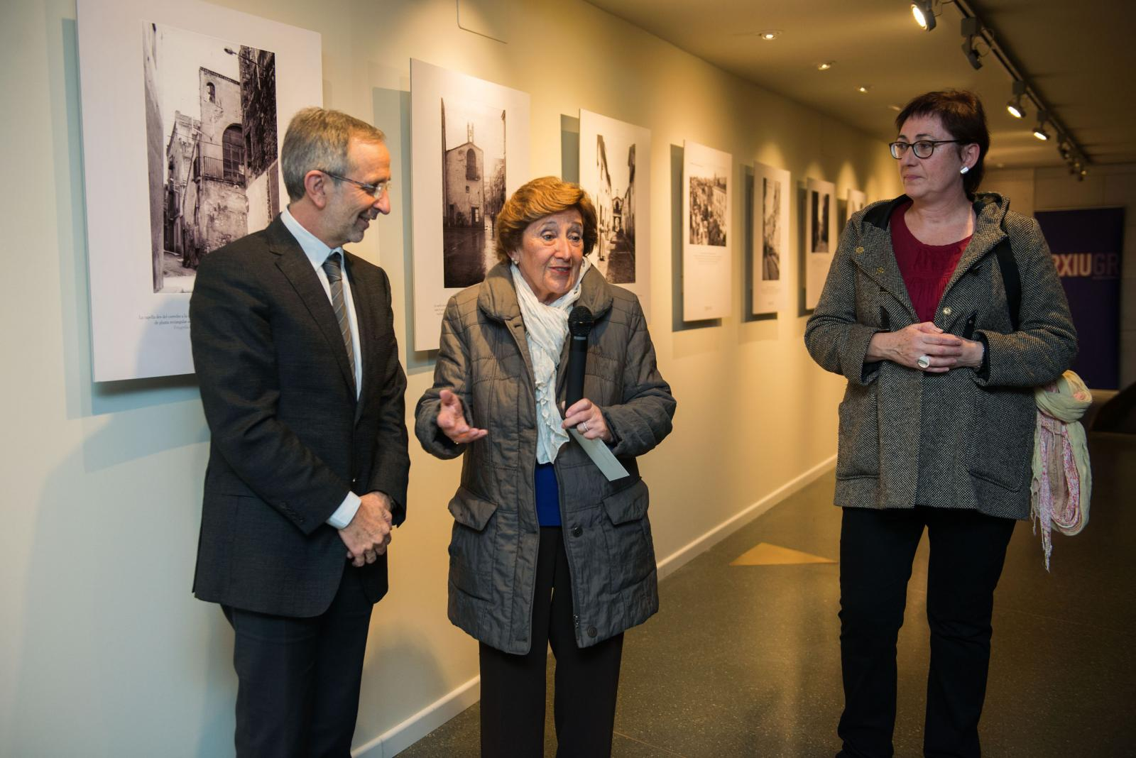 """Un moment de la visita inaugural a l'exposició """"Les capelles de la muralla"""", de l'Arxiu Municipal."""
