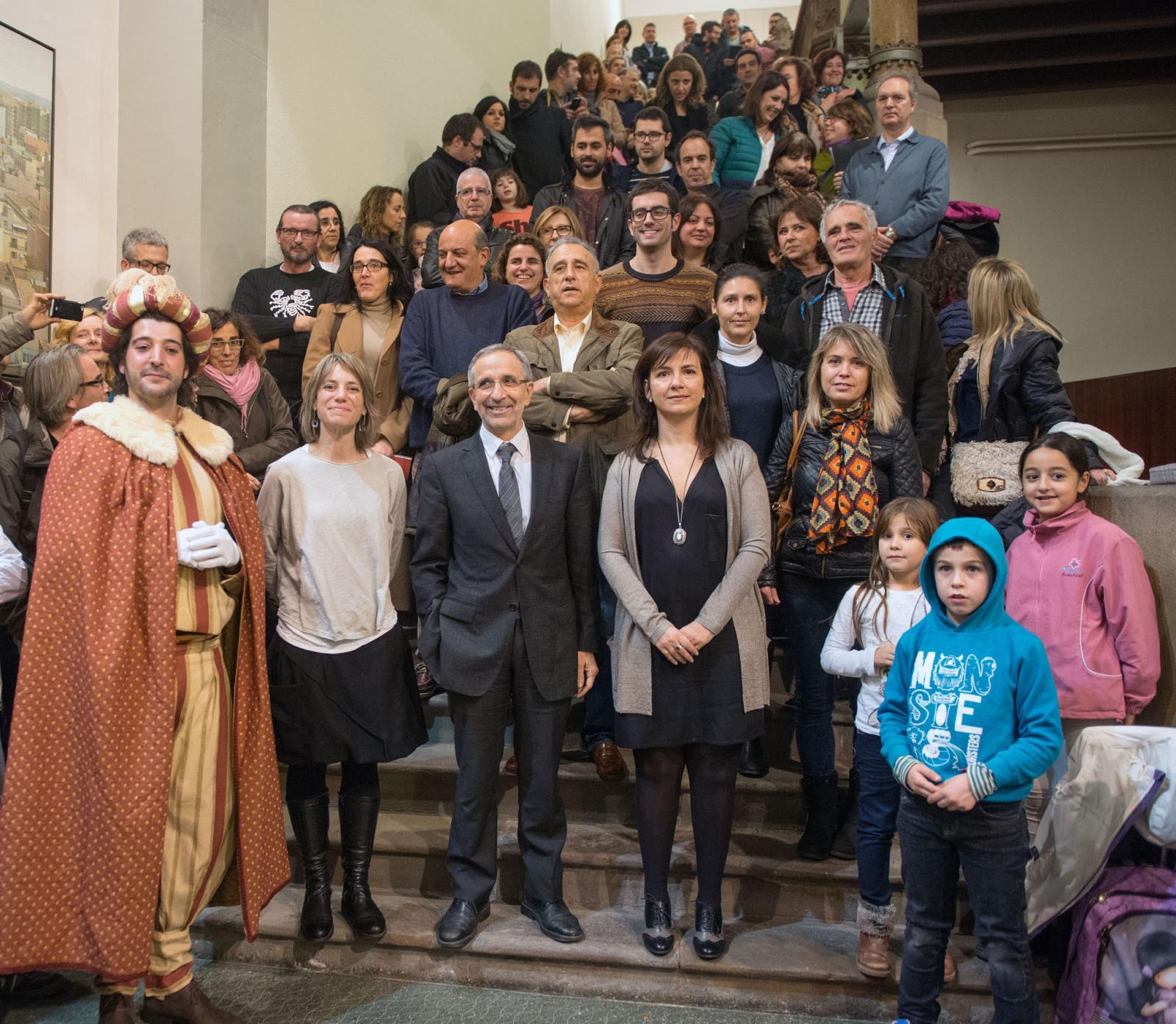 Representants municipals, d'entitats, assoc. de comerciants i patrocinadors, ahir a la presentació de la programació nadalenca, acompanyats del patge Gregori.