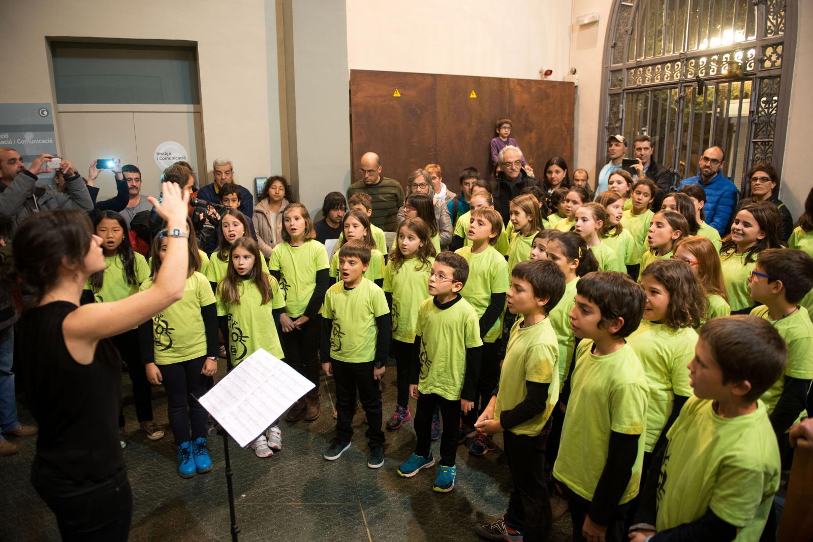Els Petits Cantors de la Societat Coral Amics de la Unió van cantar una nadala, sota la direcció de Marta Dosaiguas.