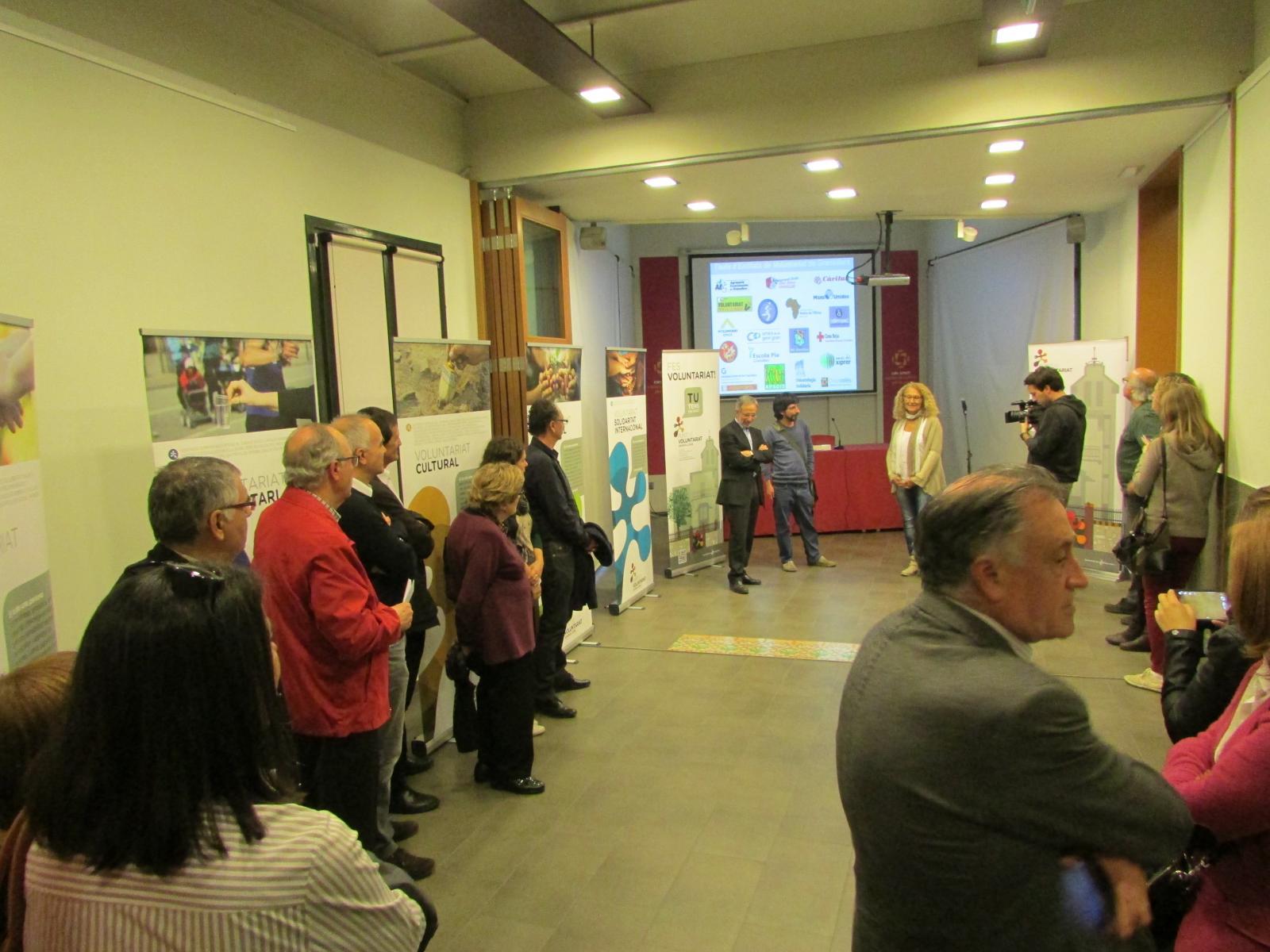 Un moment de la presentació de l'exposició sobre voluntariat, que es pot visitar fins a final de mes a Can Jonch