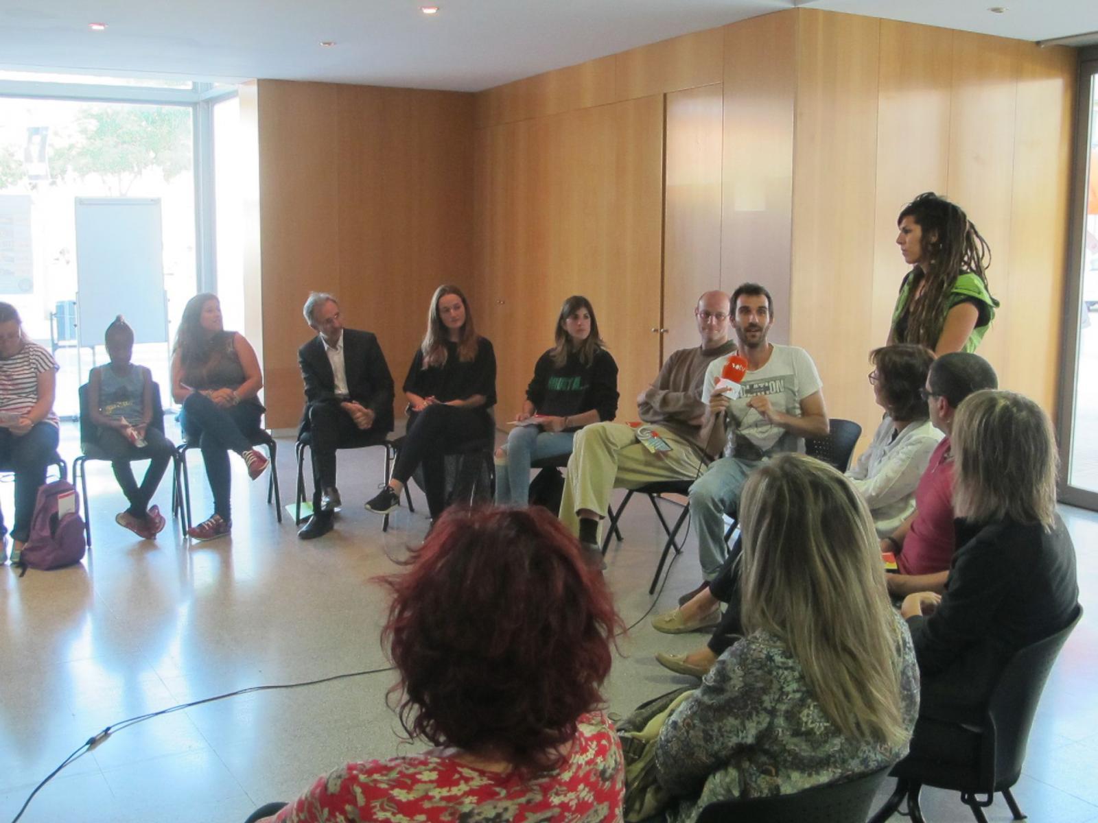 """Diversos tècnics i representats d'entitats participants han presentat la programació d'""""Alesplaces""""  al Centre Cívic Nord"""