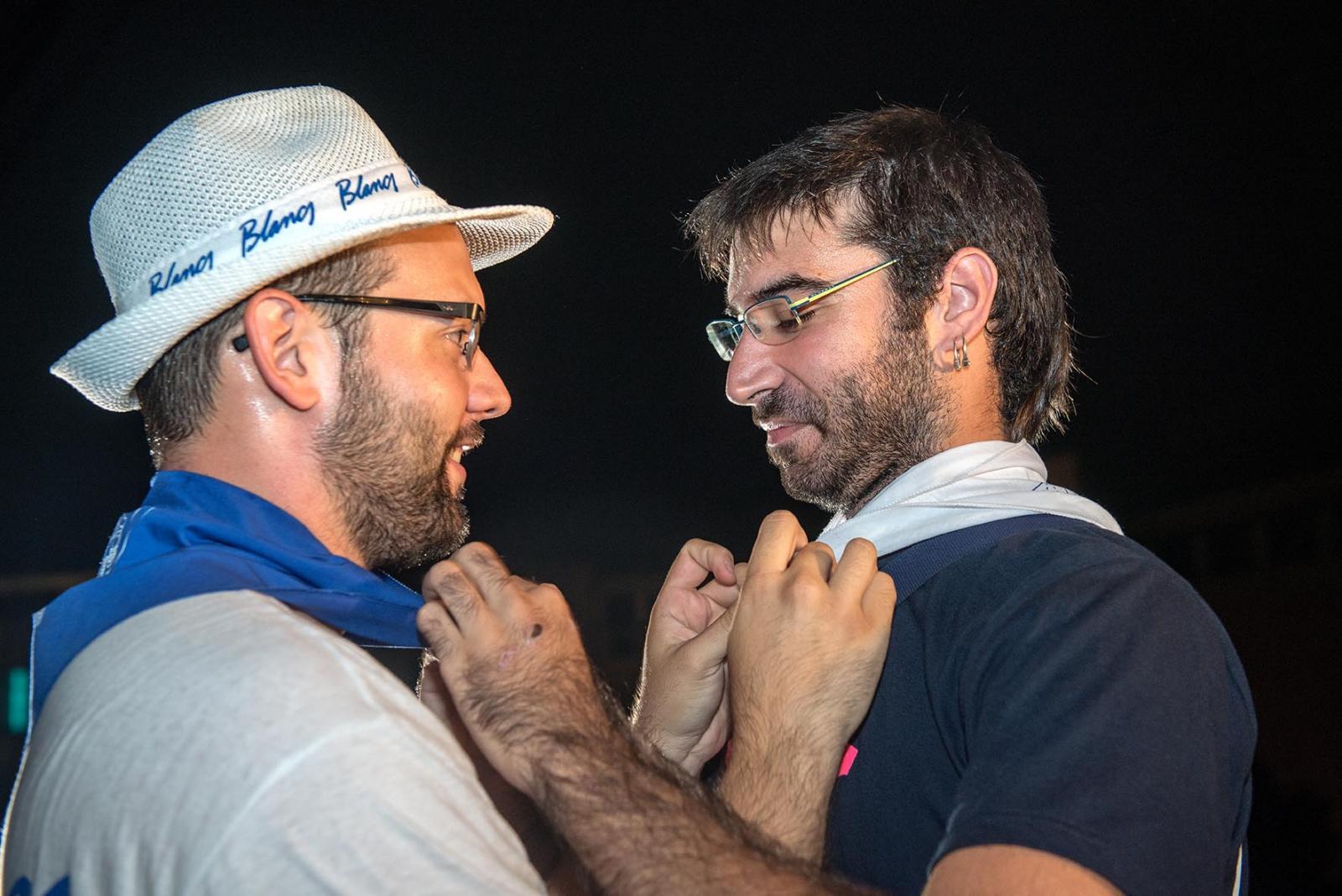 Moment del tradicional intercanvi de mocadors entre els caps de colla: Ramon Forns (Blancs) i Xavier Guijarro (Blaus)