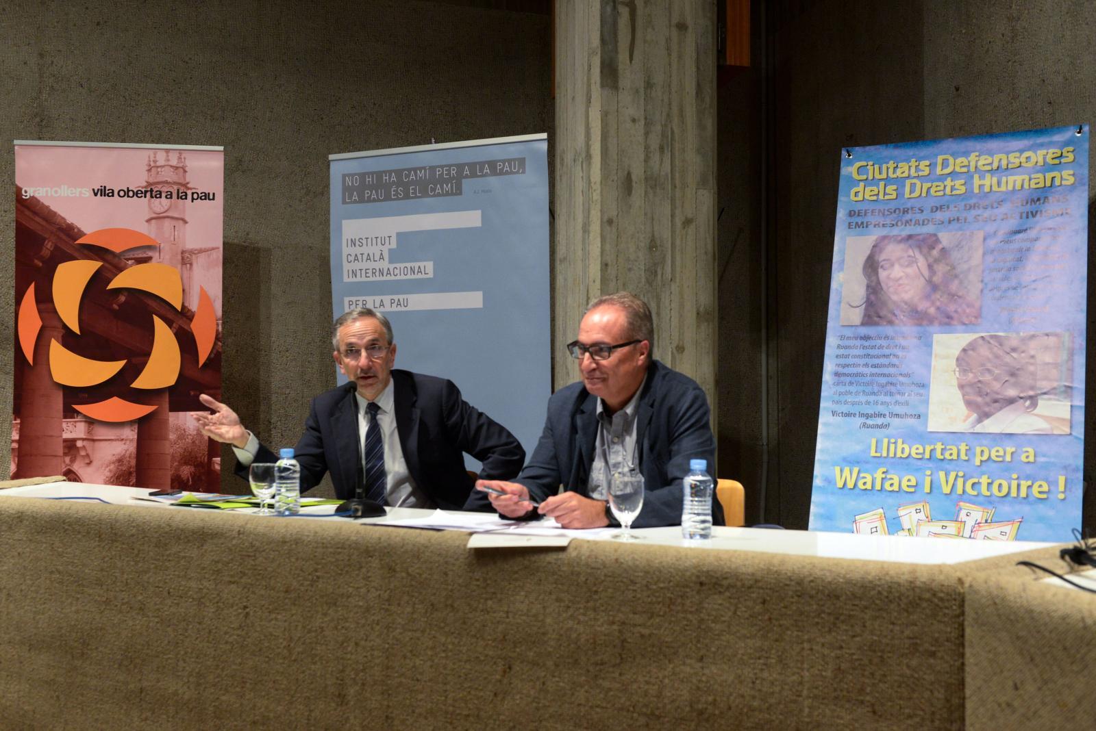 """L'alcalde i Rafael Grasa (ICIP), en la presentació de l'exposició """"Living on the edge"""", que s'ha instal·lat a la plaça de la Corona"""